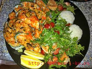 Блюдо из морепродуктов и салат закуска